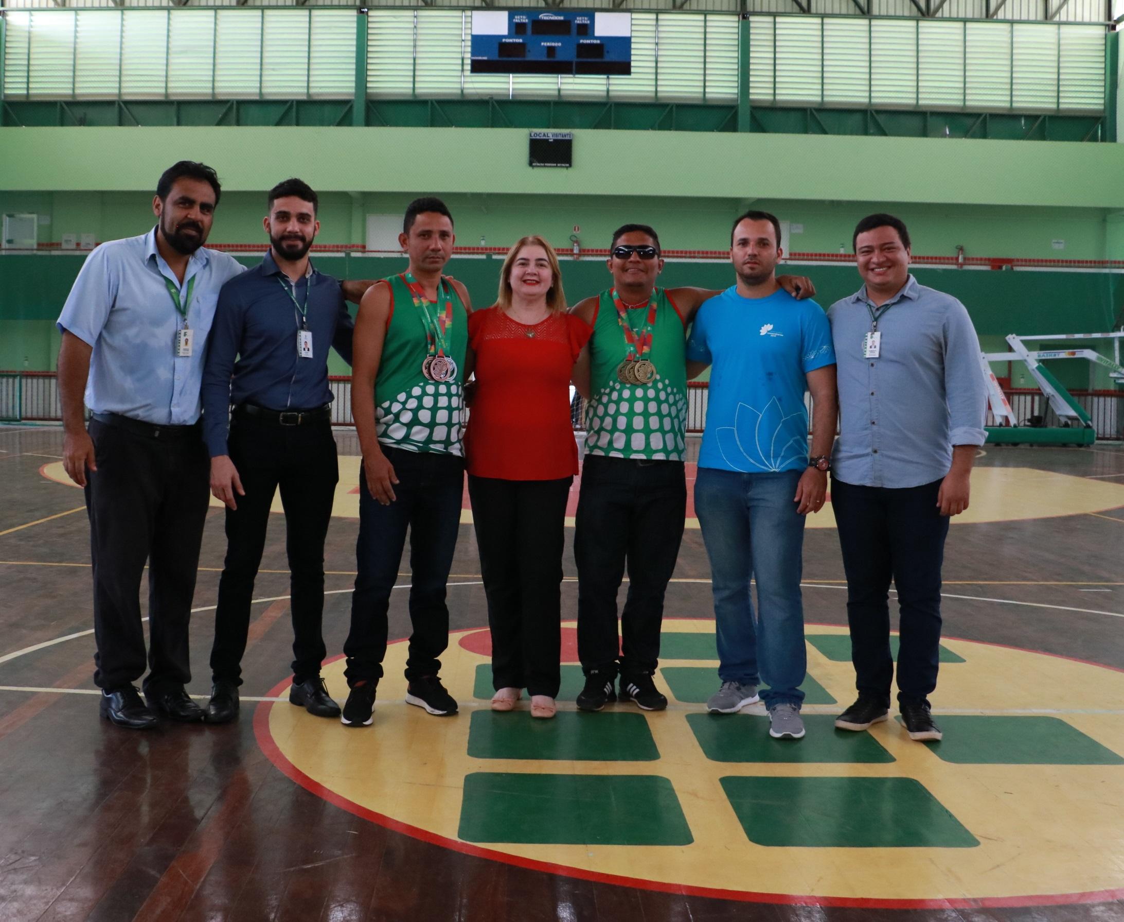 Reitora do Ifap com os atletas e integrantes da equipe. Foto: Suely Leitão (Deice/Ifap)